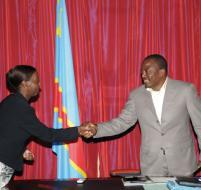 La ministre rwandaise des AE Louise Mishikiwabo saluant mardi le Président Kabil