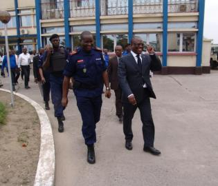 Le ministre Tryphon Kin-kiey Mulumba et le de la police nationale, le général Charles Bisengimana.
