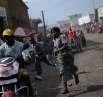 Des habitants de la ville courent dans tous les sens après des coups de feu entendus à Goma. PHIL/AFP.