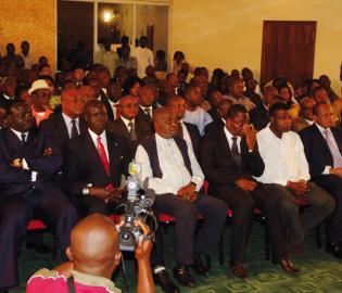 Dans la salle, le patriarche Abdoulaye Yerodia Ndombasi.